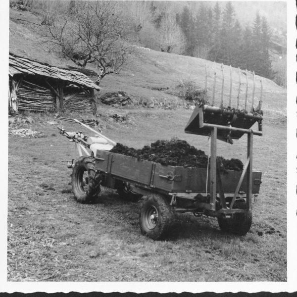 Frontvogn: Frontvognene ble senere videreutviklet med hydraulisk løft av frontredskap og sidetipp. Bildet viser en frontvogn 232 med påmontert greip.