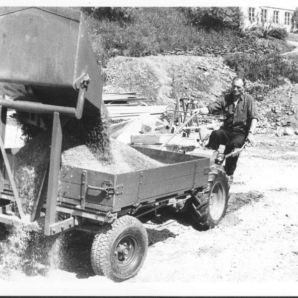 Frontvogn: Frontvognene kunne utstyres med utstyr for både sommer og vinter. Bildet viser en frontvogn 232 med påmontert skuffe.