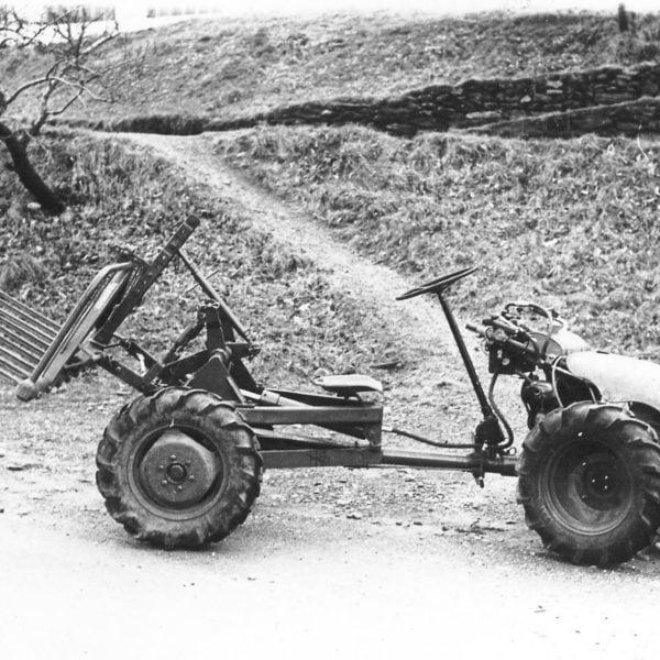 Kardangvogn: Bedriften lagde mange kardangvogner til tohjulstraktorene, her montert på en LOG Moto Standard. Denne modellen var også påsatt ratt. Vognene kom i mange typer, korte og lange, der man kunne montere på karmer og vanlige traktorredskaper.