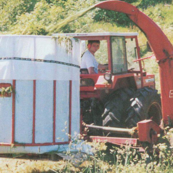 Graskorg: Fôrhøsting direkte i sekk hadde også sin periode ...