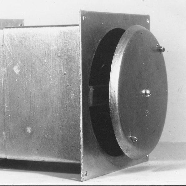 Første og foreløpig eneste patent: I 1954 tok Samson ut patent på denne lufteventilen for montering på husvegg. Ventilen hadde flueduk og snorregulering.