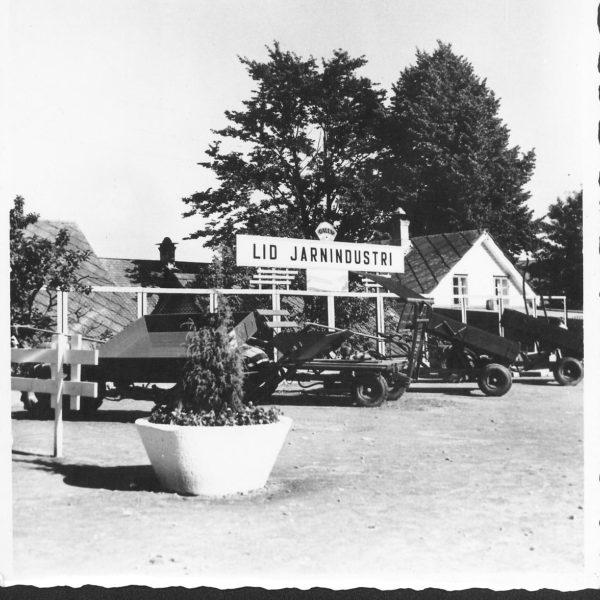 """Messe: En rekke frontvogner utstilt under messen """"Kvam går fram"""" i Norheimsund, tidlig på 60- tallet."""
