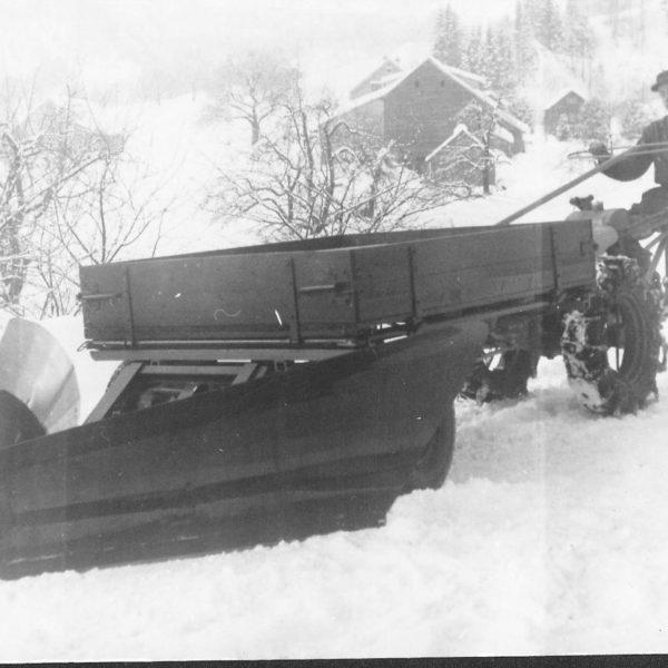 Frontvogn: Frontvognene kom seg lettere fram på bratte vestlandsgårder enn de bakmonterte hengerne, og kunne påmonteres utstyr for både sommer og vinter. Bildet viser en frontvogn med påmontert plog.