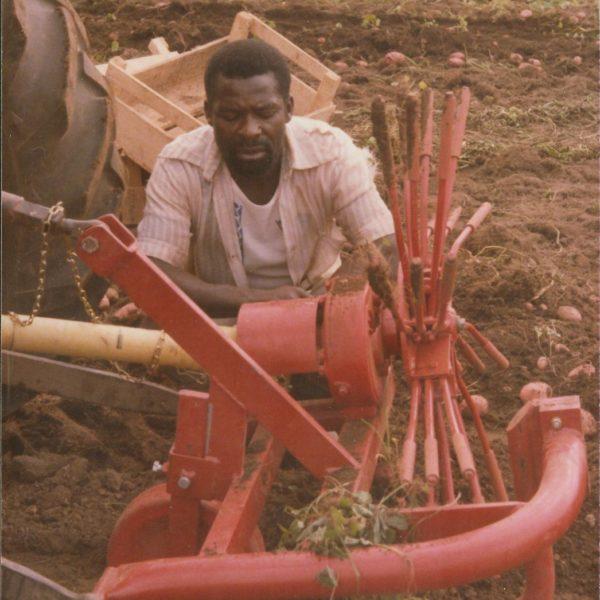 Eksport: Dalen produktene blir, og har blitt brukt på de mest utenkelige steder. Snøfresere i Libanon og potetopptakere i Kamerun (bildet).