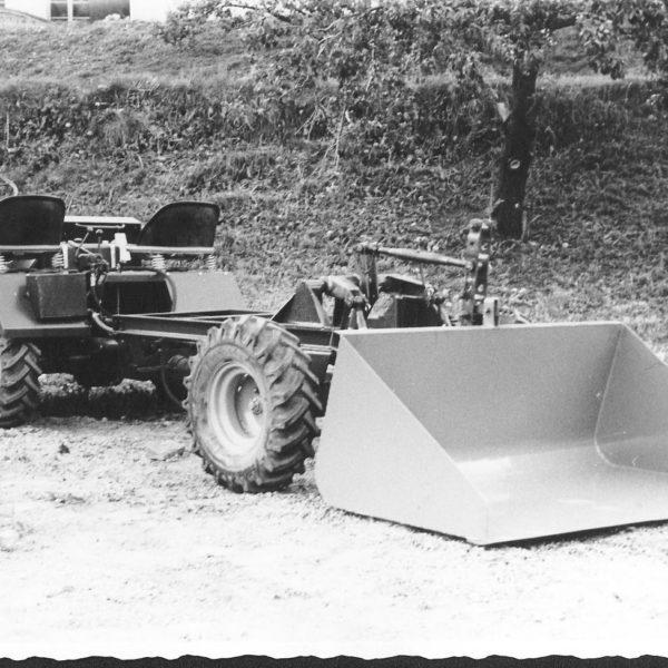 Traktorskuffe: Denne traktorskuffa, modell 236, ble produsert for 2-hjuls traktorer med kardangvogn, terrengtraktorer og mindre 4-hjuls traktorer.