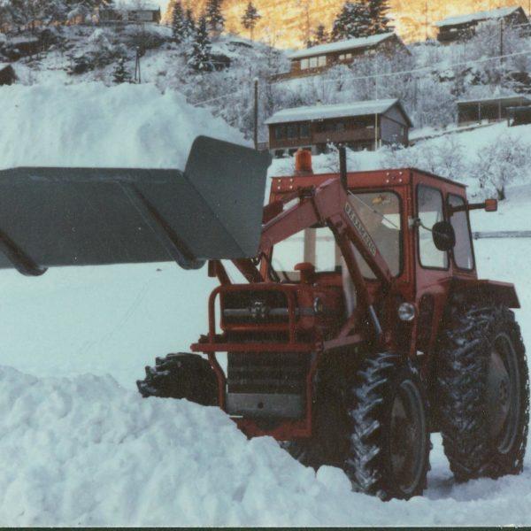 Traktorskuffe: 0238-T benyttet til snørydding utenfor bedriften.