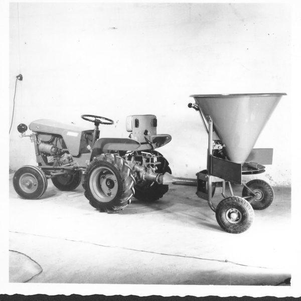 Spreder: Produktspekteret ble etter hvert rettet mer og mer mot 4hjuls- traktoren. Denne sprederen, modell 294, var en kombinert gjødsel- og sandspreder og ble levert på 60- tallet.