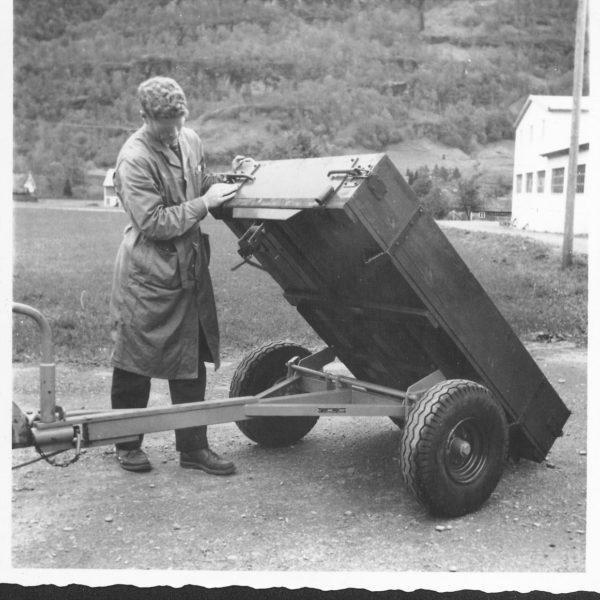 Tilhenger: I 1961 ble det laget en enklere modell med rulletipp. Under kjøring lå lasteplanet nærmere traktoren for å få vekt på drivhjulene, og ble skjøvet fram for tipping. Tipping burde foregå på flat mark.