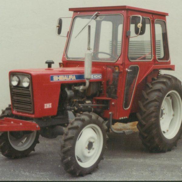 Traktorhytter: Sognefirmaet AS Erling Nesse startet på 70- tallet å importere traktormerket Shibaura. Lid Jarnindustri fikk oppdraget med å komplettere traktoren med vernebøyle og komplette hytter.