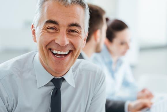 Reifer lächelnder Mann