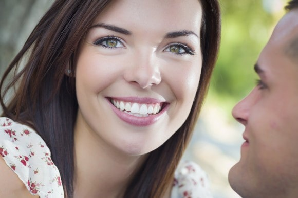 Frau mit schönen Zähnen und schönem Zahnfleisch
