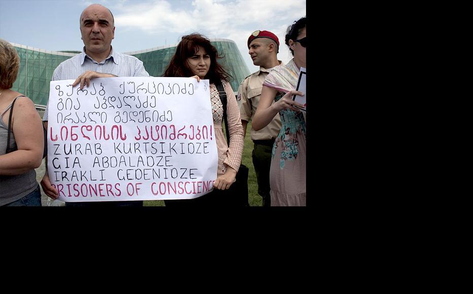 Protestors formed a line outside the interior ministry. (Photo: Giorgi Kupatadze)