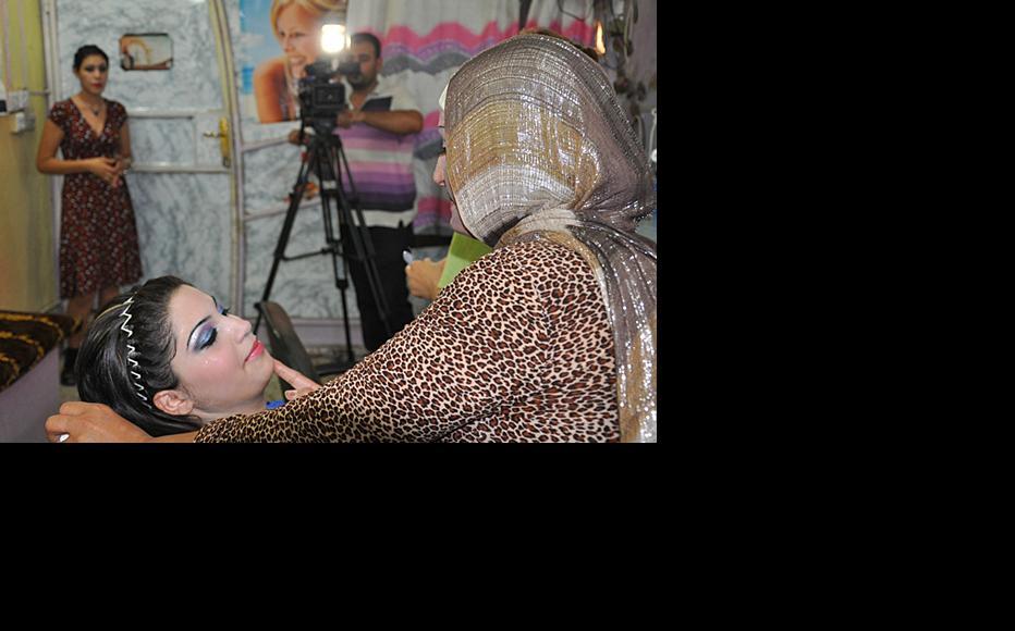 Filming a scene in a Baghdad beauty salon. (Photo: IWPR)