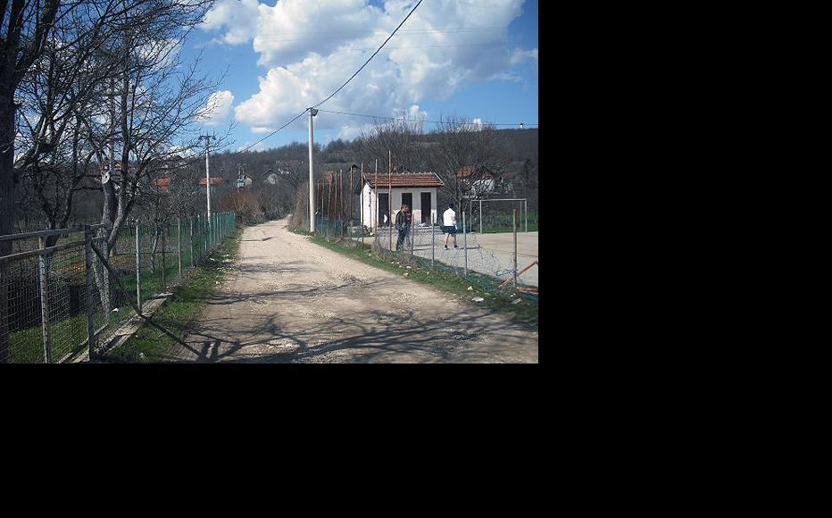 Road to Upper Baljvine (Serb part of the village). (Photo: IWPR)