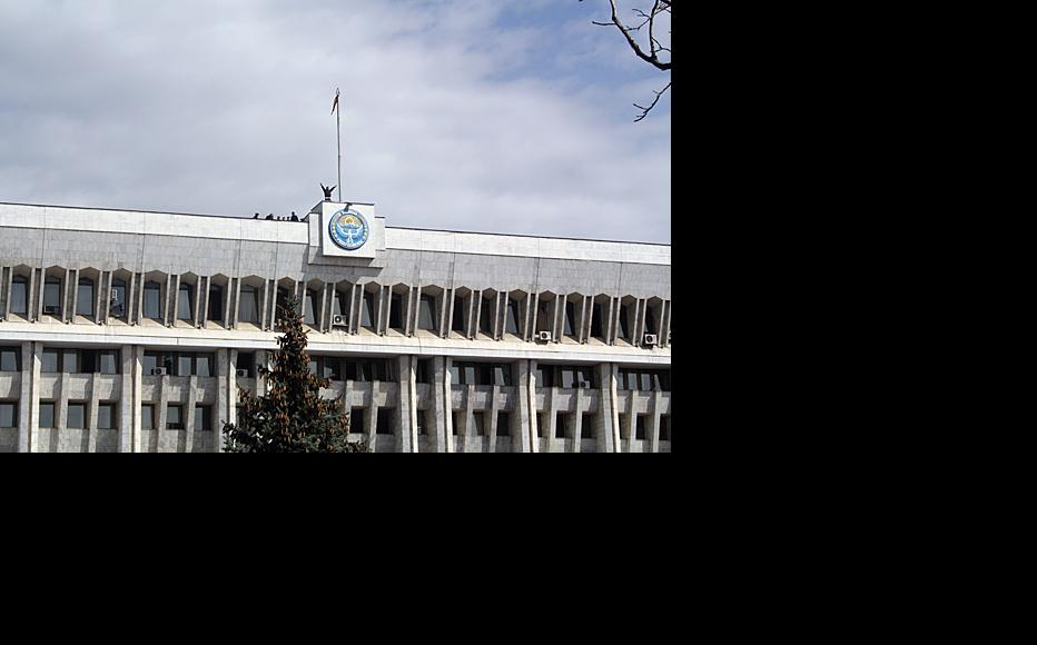 Kyrgyz government building in Bishkek. Photo by Nurlan Abdaliev, IWPR.