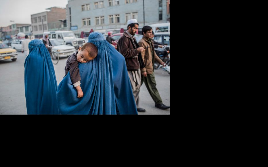 Women go about their daily life in Kabul (Photo: Daniel Berehulak/Getty Images)