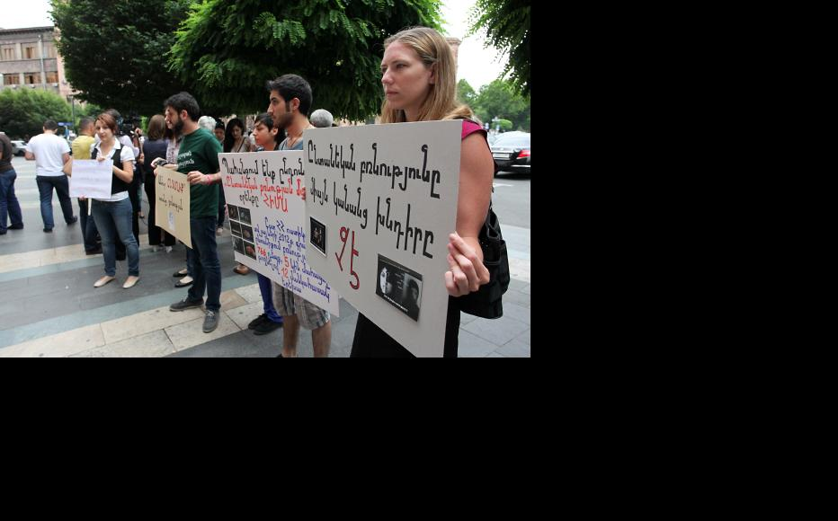 Activists demand the adoption of a new law on domestic violence. (Photo: Photolure)