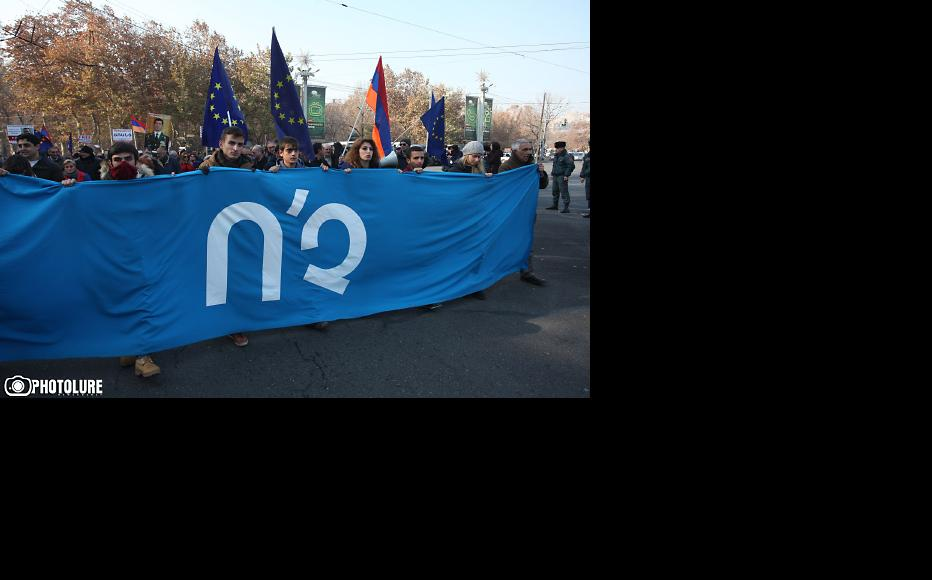 """Protests after the December 6 referendum. The banner says """"No"""". (Photo: Photolure agency)"""