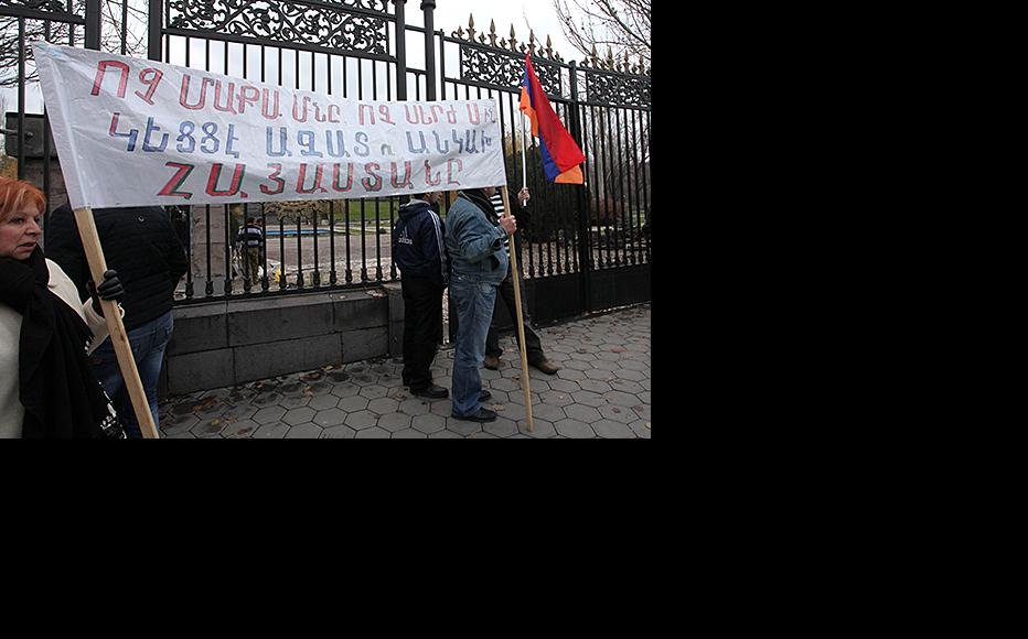 Protest against Eurasian bloc accession outside the Armenian parliament, December 3, 2014. (Photo: Photulur agency)