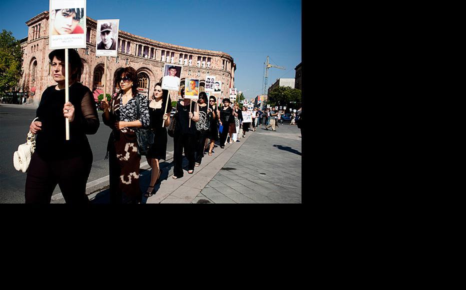 Protesters in Yerevan demand proper investigation of conscript deaths. (Photo: Nazik Armenikyan)