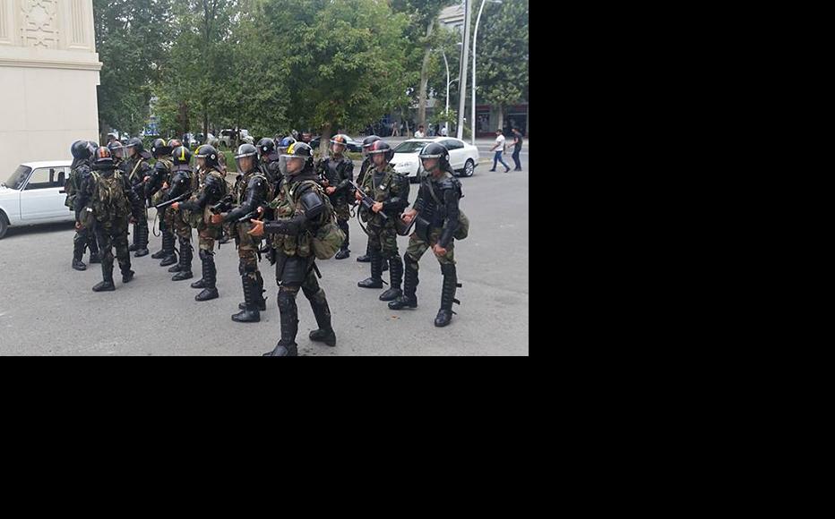 Police advance on demonstrators in Mingechevir. August 22, 2015. (Photo: Islam Shihkali)
