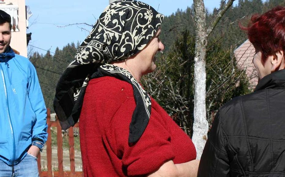 Bosniak returnees from Stupni Do talking to IWPR reporters.