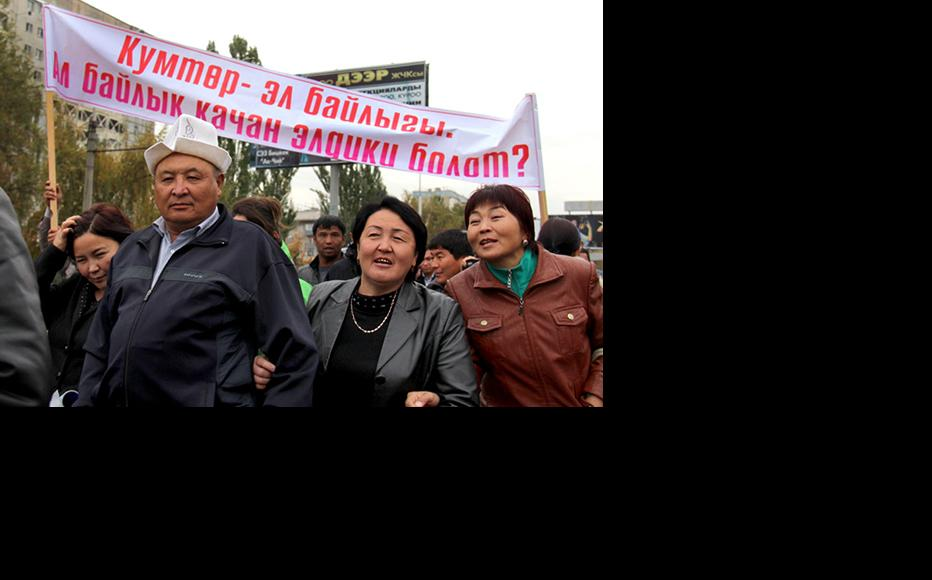 Demonstration in Bishkek on October 17 calling for the release of Kamchibek Tashiev and two other leaders of the Ata-Jurt party. (Photo: Svetlana Zelenskaya, courtesy of kloop.kg)