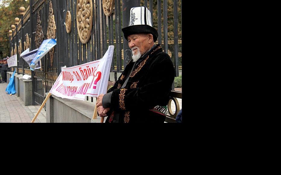 Elderly Ata-Jurt supporter takes a breather. (Photo: Svetlana Zelenskaya, courtesy of kloop.kg)
