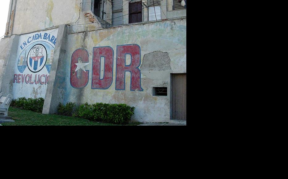 A CDR (Committee for the Defence of the Revolution) logo on an apartment building. (Photo: Abraham Orozco/Flickr)