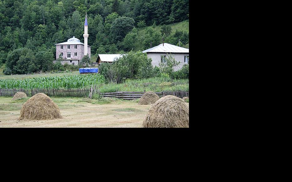 The mosque in Chela before it lost its minaret. (Photo: Samkhretis Karibche newspaper)