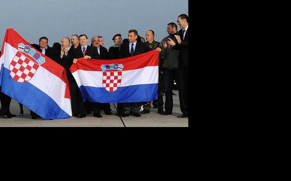 Celebrations in Zagreb The Croatian flag on the right is held by Markac and Gotovina. On the right-hand side of the picture is Croatia's defence minister Ante Kotromanovic. (Photo: Government of Croatia)