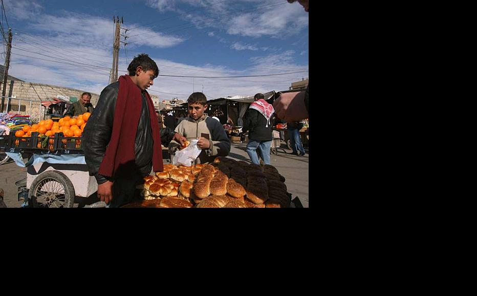 Iraqi refugees earning a living at the Seyyida Zeinab market in Damascus. Picture from 2007. (Photo: UNHCR)