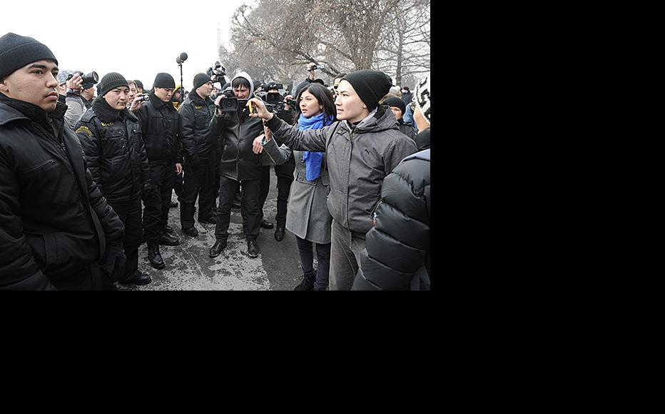 Police confront demonstrators including Janar Sekerbaeva (second from right). February 15, 2014. (Photo: Vladimir Tretyakov)