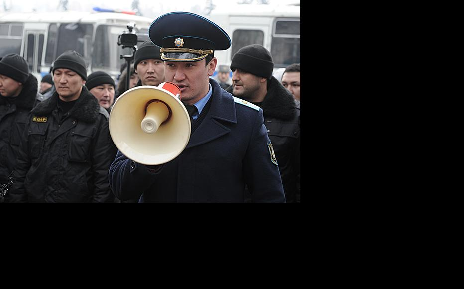 A police commander tells demonstrators to disperse. February 15, 2014. (Photo: Vladimir Tretyakov)