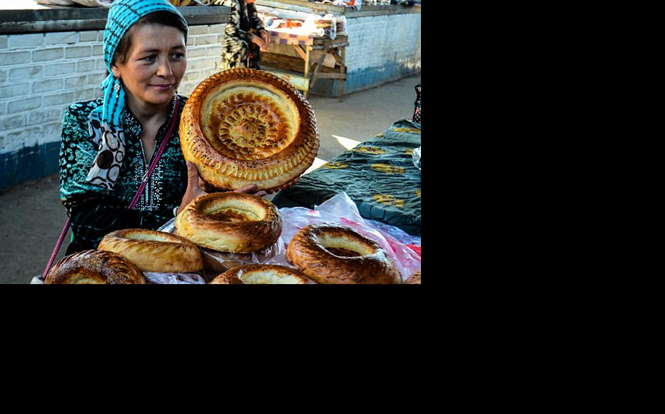 Selling bread at the city market. 2015. (Photo: Venera Sultanova)