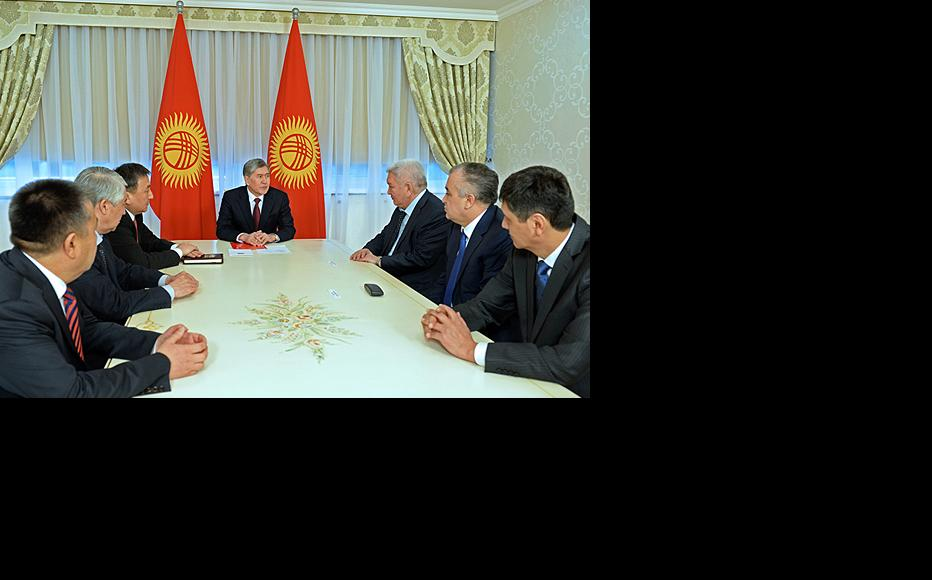 President Almazbek Atambaev meets the speaker of Kyrgyzstan's parliament and leaders of the five main parties. (Photo: Kyrgyz president's press service)