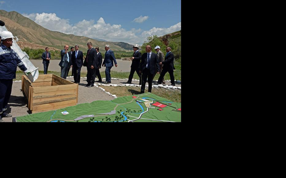 President Atambaev (centre) tours the project in summer 2013. (Photo: Press service of the President of Kyrgyz Republic)
