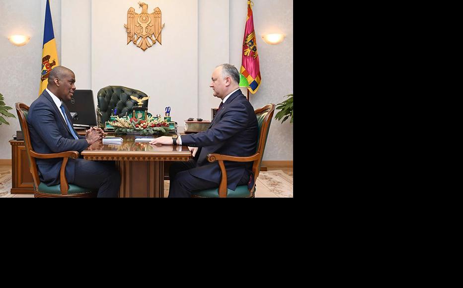 The US ambassador to Chisinau, Dereck Hogan (L) and the Moldovan president Igor Dodon (R) met for talks on December 4, 2019. (Photo: Moldovan Presidency)