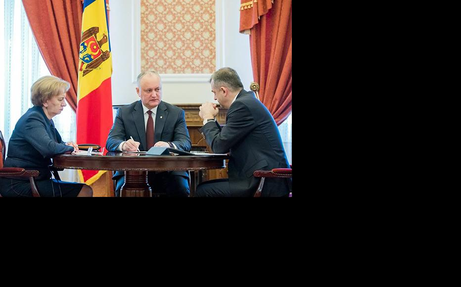 The Moldovan President Igor Dodon (centre) during a briefing on Coronavirus pandemic with the Prime Minister Ion Chicu and the speaker of the Parliament Zinaida Greceanii, March 16, 2020. (Photo: Moldovan Presidency)