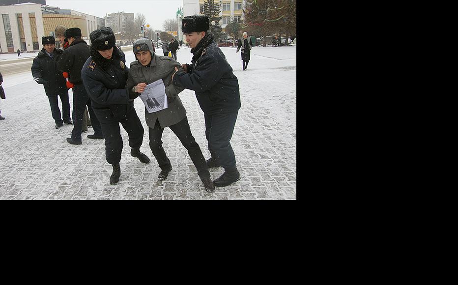 Police in Uralsk detain journalist Sanat Urnaliev (centre) and other demonstrators. (Photo: R. Uporov)