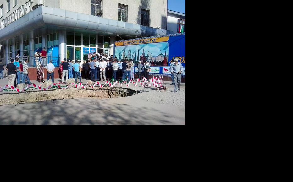Customers need to wait for hours to withdraw money. (Photo: Jamila Majidova/IWPR)