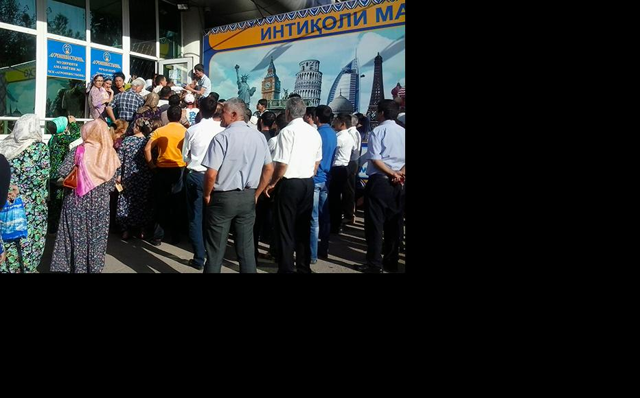 Agroinvestbonk clients queue to withdraw cash outside the bank's Dushanbe headquarters. (Photo: Jamila Majidova/IWPR)