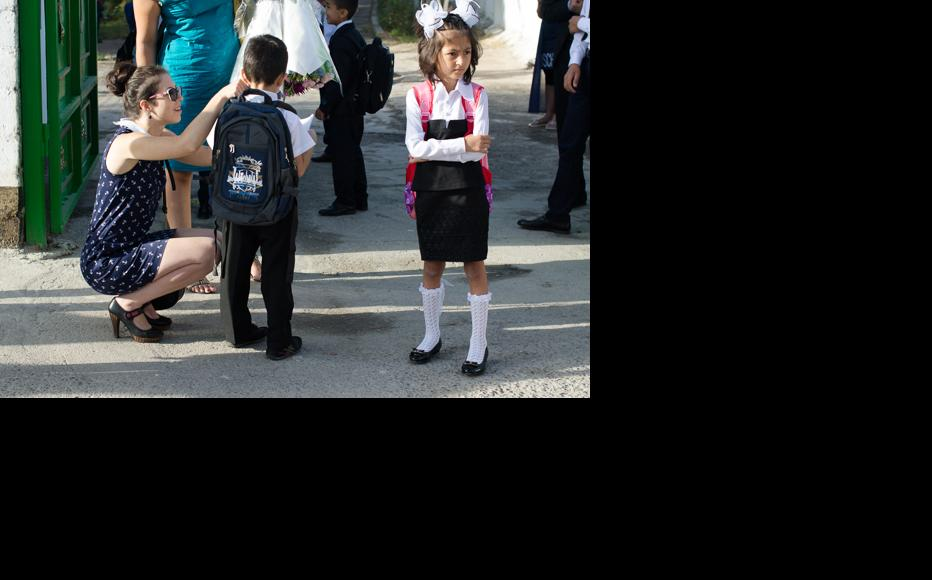 Daniil meets classmates in front of the school. (Photo: Roman Buryak)
