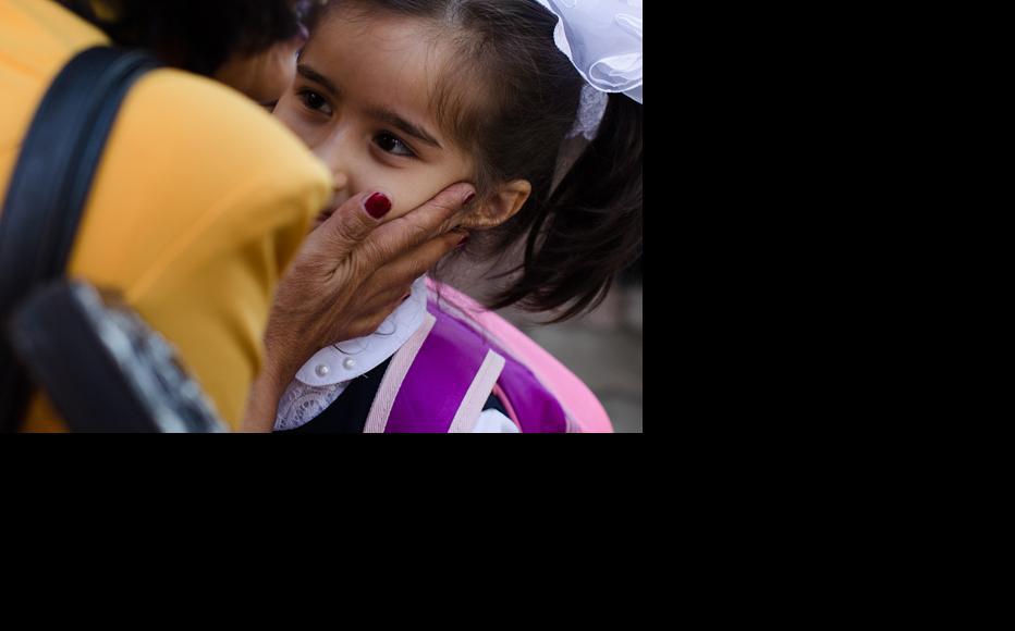 A school teacher greets a pupil. (Photo: Roman Buryak)