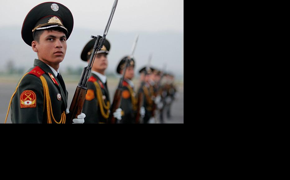 Tajik army soldiers form a guard of honour. Dushanbe, July 2005. (Photo: Joe Raedle/Getty Images)