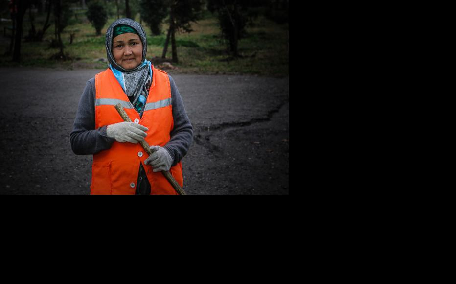 Most of the street cleaners in Dushanbe are women. (Photo: Lidia Isamova)
