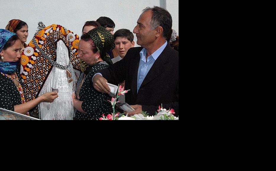 Bride in traditional Turkmen dress. (Photo: IWPR)