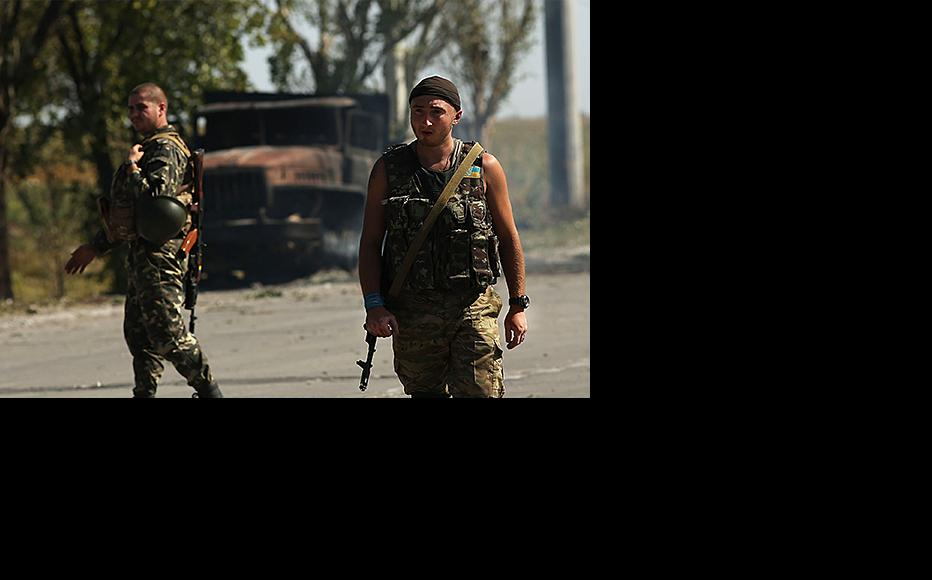 Ukrainian soldiers on the outskirts of Mariupol, September 2014. The government in Kiev has now ordered a mass call-up of men to replenish the forces fighting in eastern Ukraine. (Photo: Spencer Platt/Getty Images)