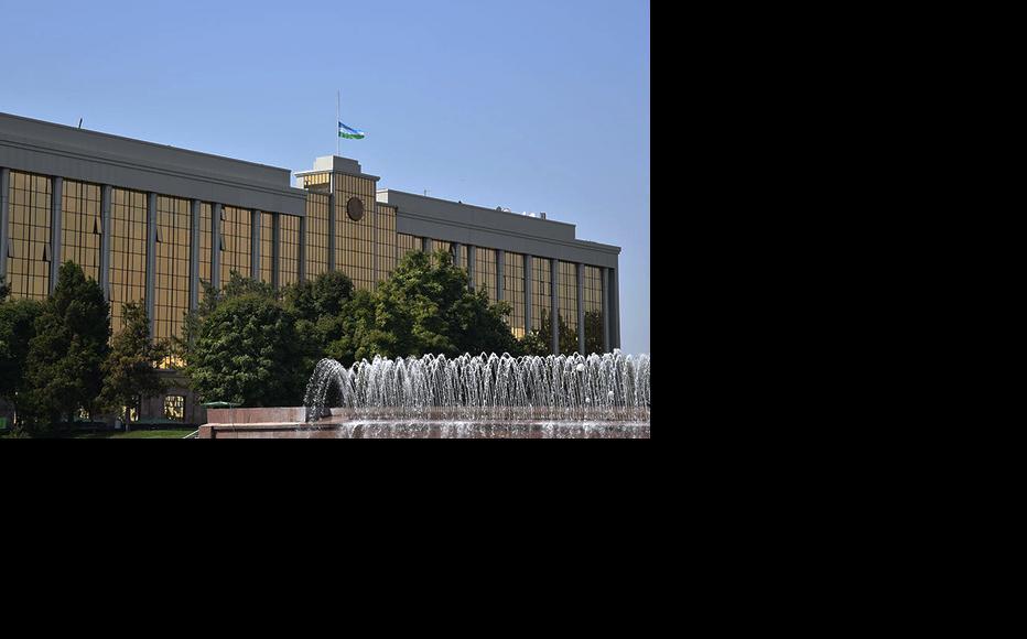 The flag of Uzbekistan is flown at half-mast on the cabinet of ministers building in Tashkent. (Photo: Gazeta.uz news agency)