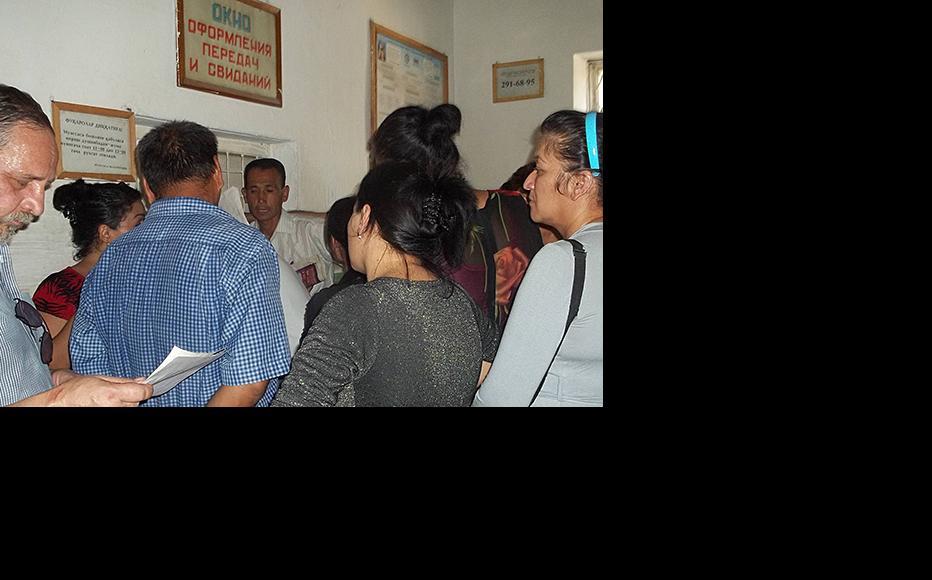 Prison visit time in Uzbekistan. (Photo: IWPR)